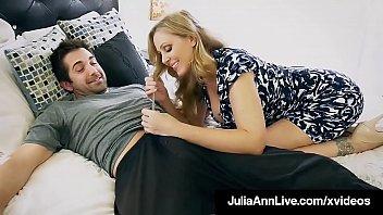 Доступная зрелая дрюкается с пикапером на дивана