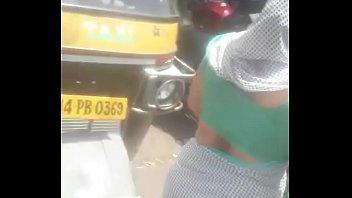 Арабская шлюха-домохозяйка лобызает и принимает фаллос в шмоньку, в подъезде