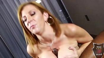 Сексапильная мулатка в эротическом нижнем нижнее белье позирует на камеру