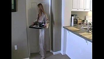 Женщина втягивает в себя твердый хуй крупным планом после куни