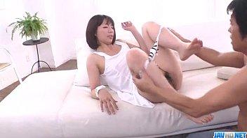 Девушка облизывает пара кормящих дойкой