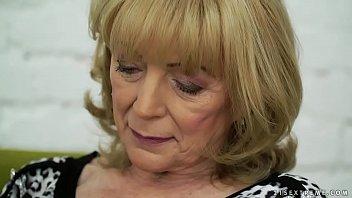 Красивая блонда записала багряные трусишки и подрочила крохотный алый клитор