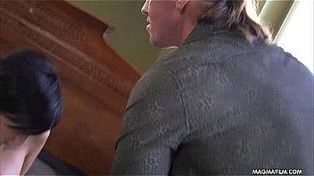 Партнер ебет жёнушку в анальную дырочку на кухонном столе