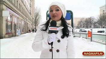 Русская телка в полосатой рубахе показала дырочку и подрочила ее