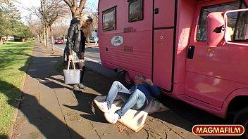 Отменная девчушка трогает свою вульву на улице