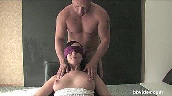 Красивенькая девушка с сверхестетственными прядями показывает голые груди на дивана