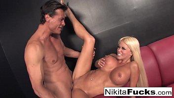 Парень ублажает любовницу кунилингусом и разминает её большие булки во времячко порева